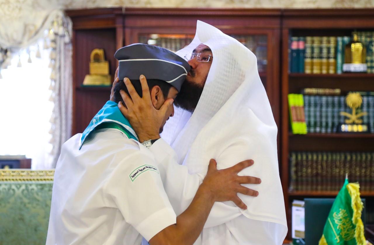 """شاهد .. """"السديس"""" يقبل رأس أحد الكشافة و """"المطلق"""" يثمن جهودهم في خدمة ضيوف الرحمن"""