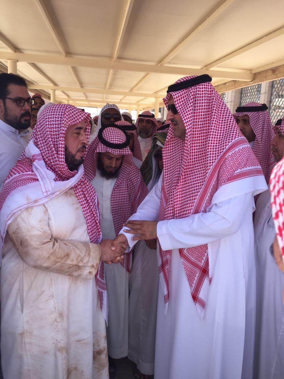 أمير المدينة يقدم واجب العزاء لأسرة الشيخ أبو بكر الجزائري