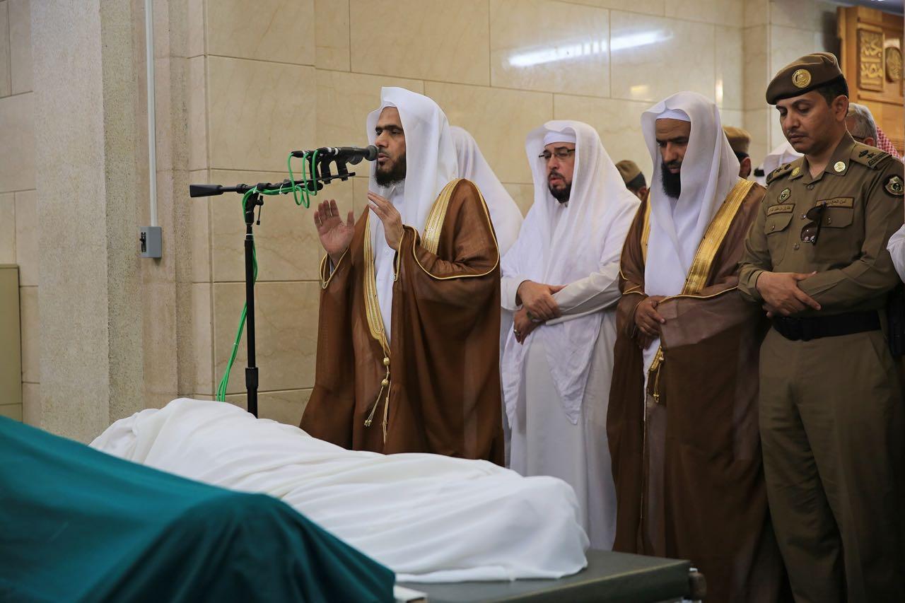 جموع المصلين يؤدون صلاة الميت على الشيخ الجزائري