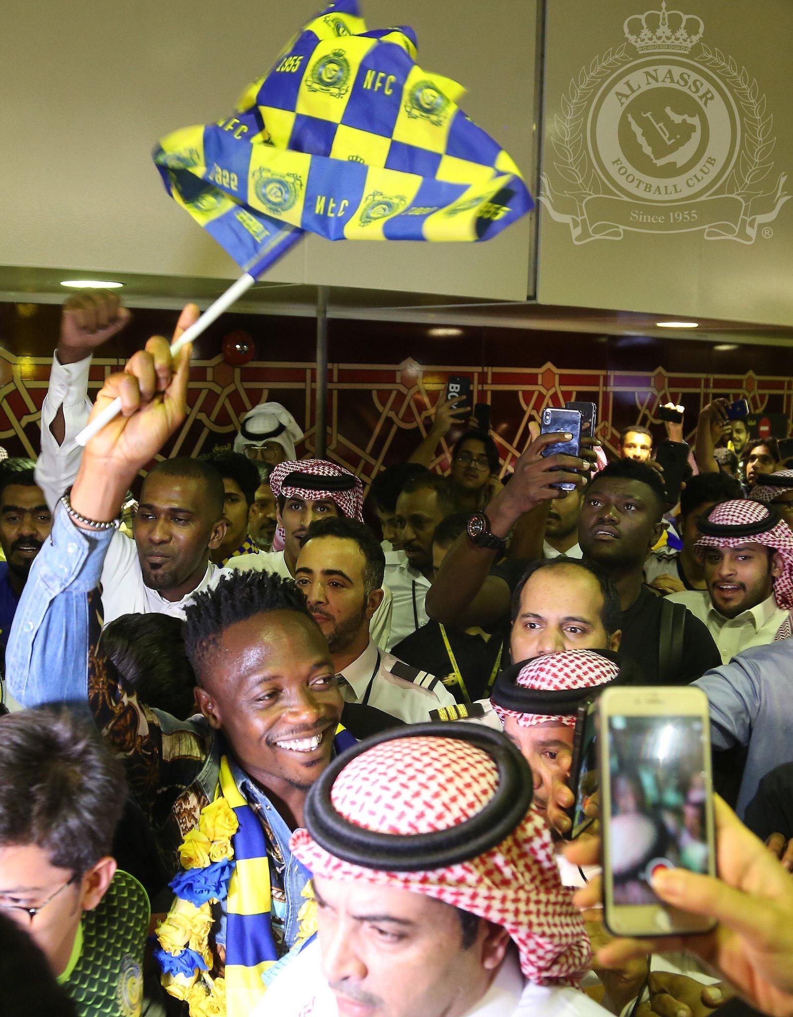 """شاهد.. النيجيري أحمد موسى يصل المملكة وسط أهازيج وهتافات """"نصراوية"""""""