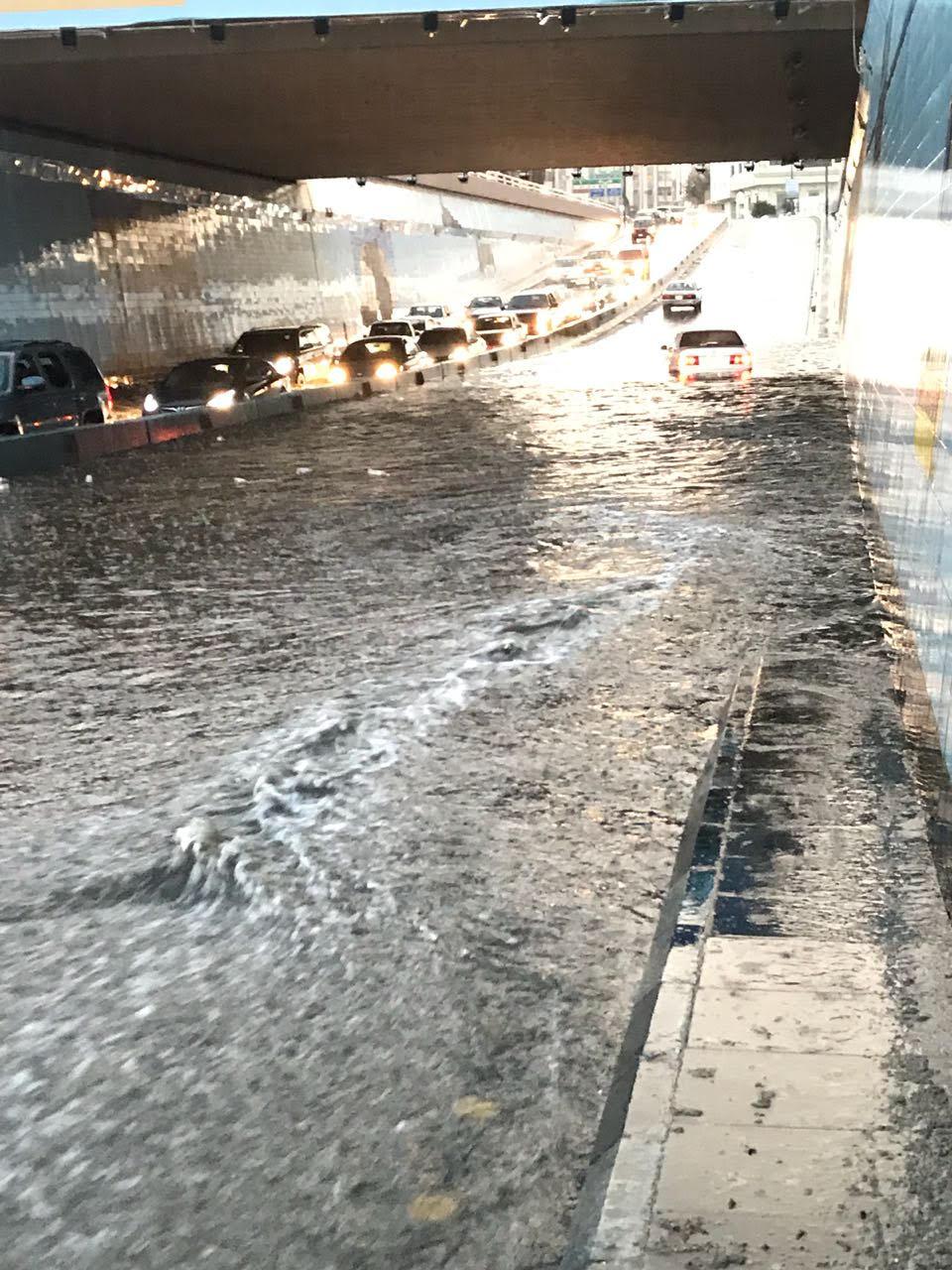 بالصور.. وفاة شخصين غرقا واحتجاز مركبات في أمطار الطائف