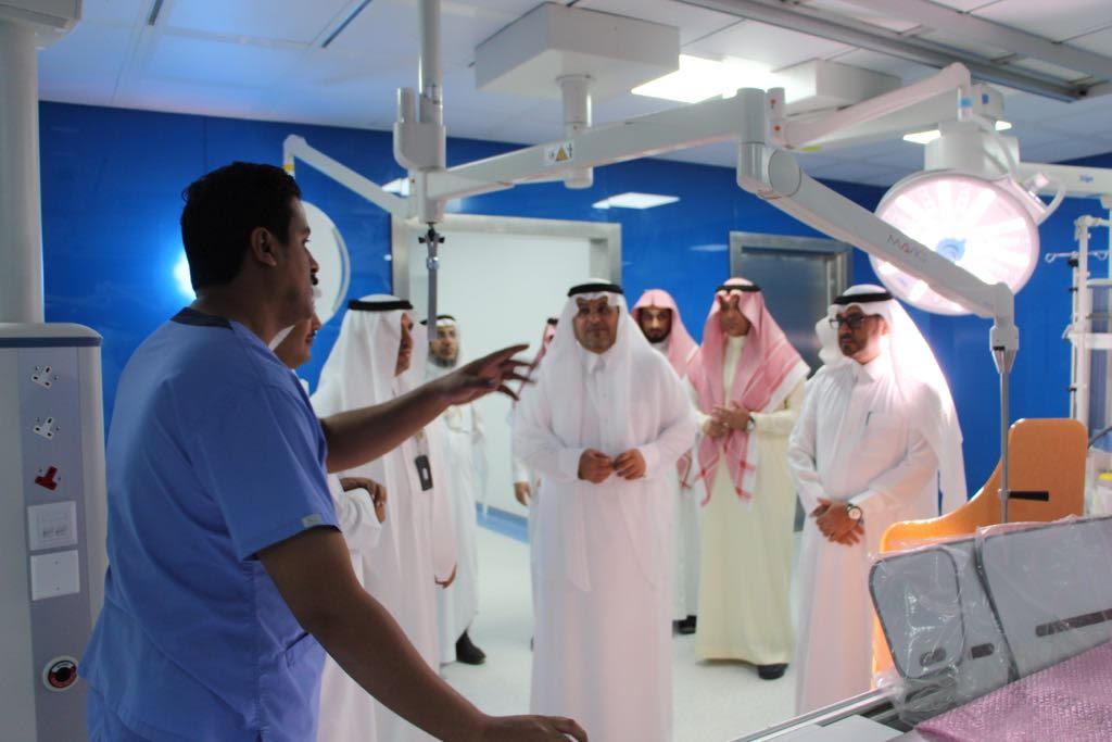 محافظ الطائف يزور المرضى ويستعرض مشاريع خدمتهم