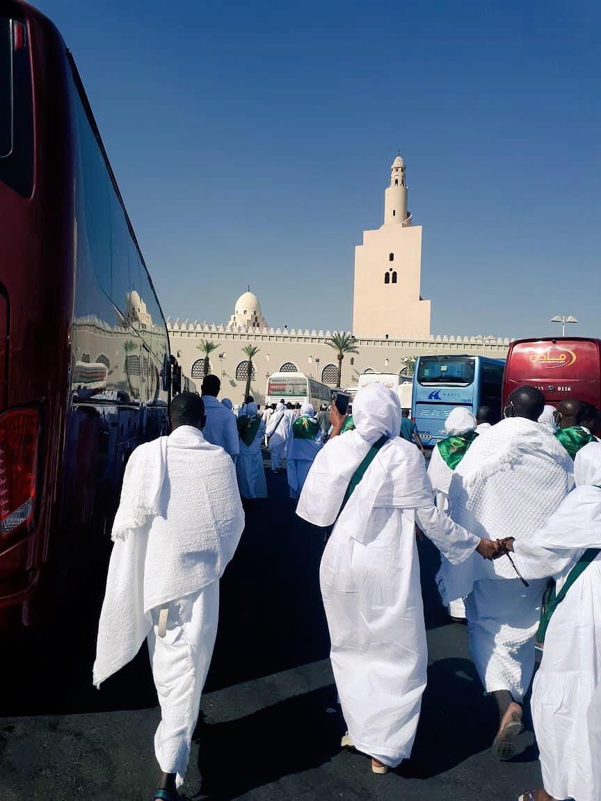 حجاج بيت الله الحرام يشدّون الرحال من المدينة إلى مكة