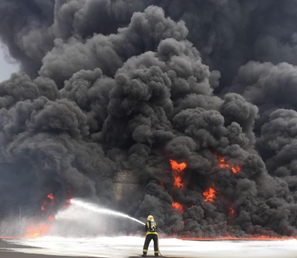 بالصور.. مصرع عامل في حريق هائل بمصنع رابغ