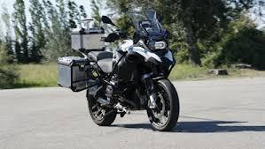 """دراجة """"بي إم دبليو"""" النارية الجديدة تفاجئ الجميع وهي تتجول دون قائد في الشوارع"""