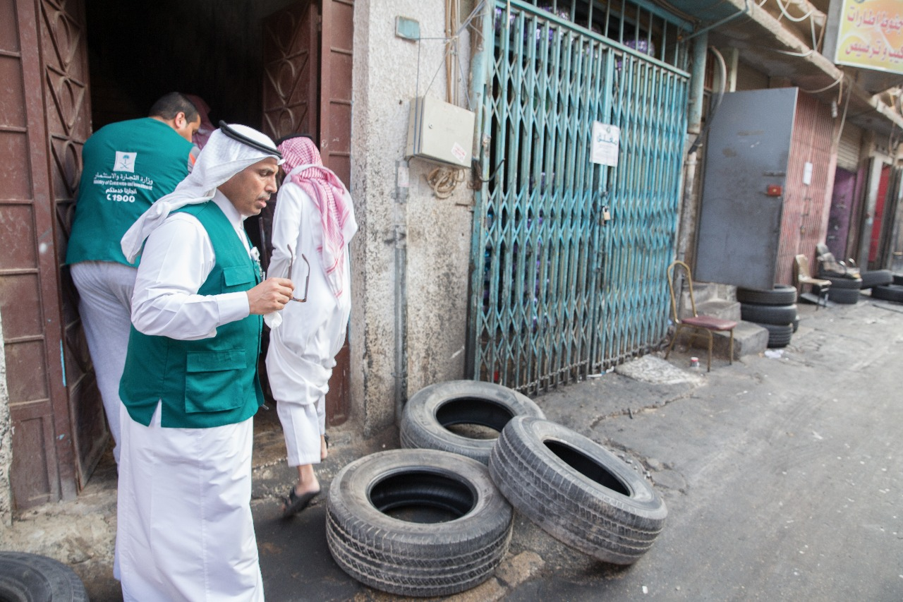 """""""التجارة"""" تغلق ٢٥ مستودعا وتصادر ٢٠ ألف إطار سيارات مستعمل في الرياض"""