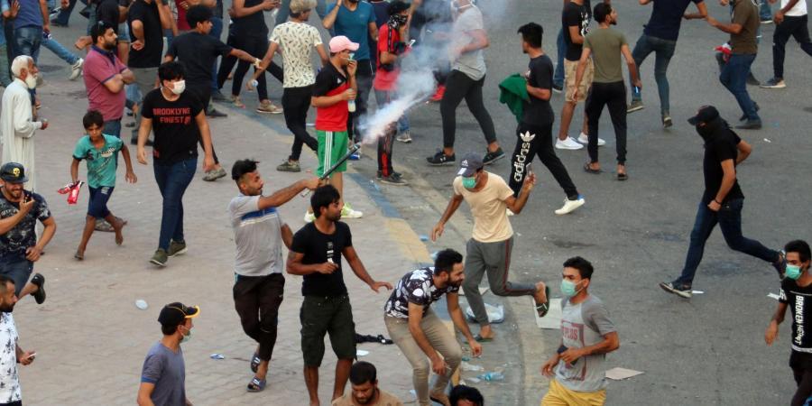 """العراق.. متظاهرون يرفعون شعار """"إيران بره بره"""".. والسلطات تفرض حظر تجوال"""