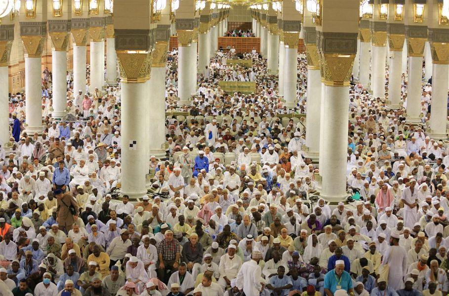 مصلون يؤدون صلاة الجمعة الأولى في العام الهجري الجديد بالمسجد النبوي