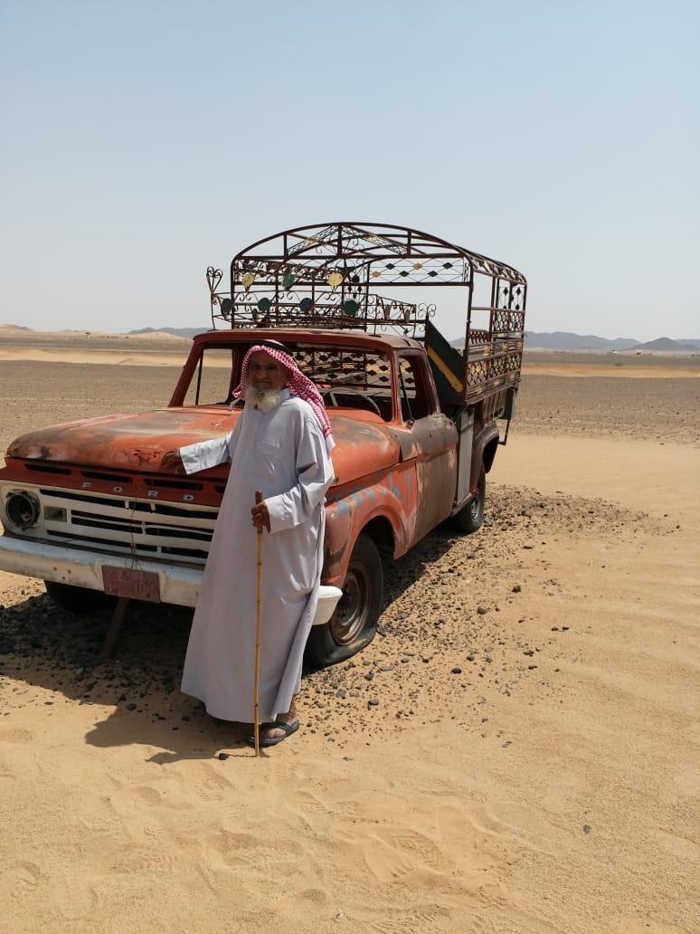 الحنين يقود العم مطلق لزيارة مركبته القديمة… ومتطوعون يتكفلون بإعادة تأهيلها