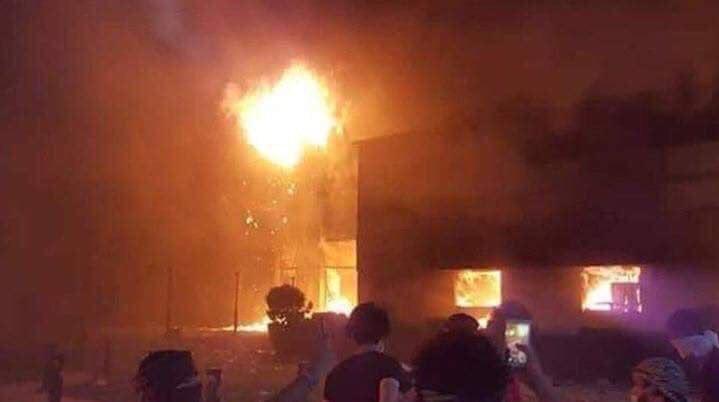 """العراقيون يرددون: """"إيران برة برة والبصرة تبقى حرة"""""""
