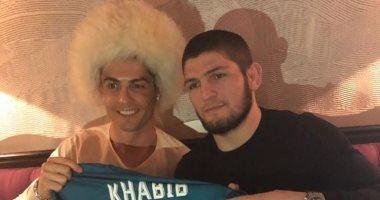 بالفيديو.. مصارع روسي يدفع كريستيانو رونالدو إلى التحدث باللغة العربية