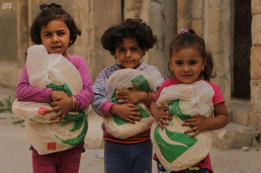 شاهد: مركز الملك سلمان للإغاثة يوفر أرغفة الخبز في ريف سوريا الشمالي