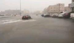 تعطل حركة المرور في جدة بسبب الأمطار.. والشوارع أشبه بمستنقعات مائية