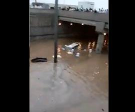 امتلاء نفق طريق ديراب جنوب الرياض بالمياه بسبب الأمطار الغزيرة