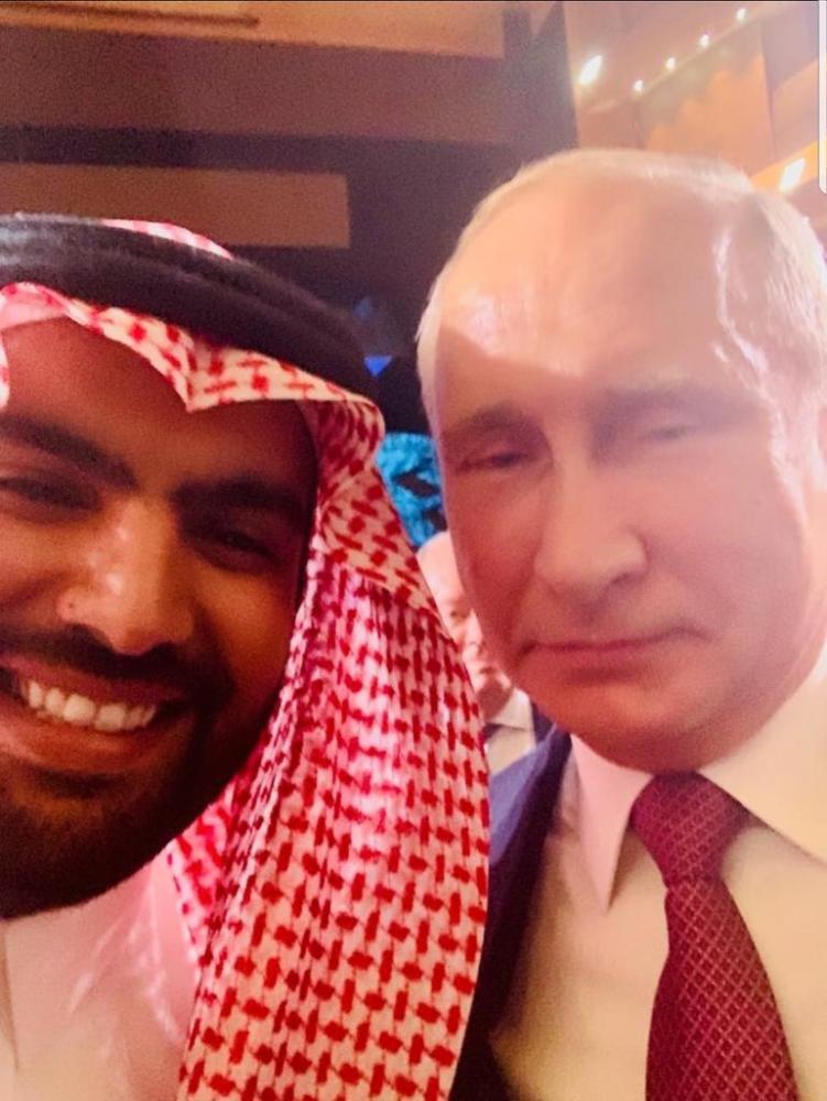 """وزير الثقافة يلتقط """"سيلفي"""" مع بوتين في منتدى """"بطرسبرج الثقافي"""""""