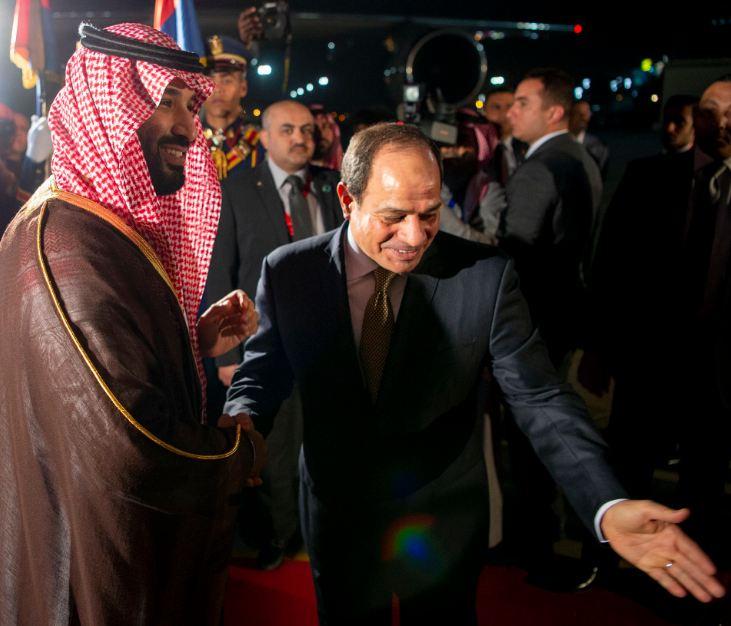 صور للحظة وصول ولي العهد إلى مصر واستقبال الرئيس السيسي له