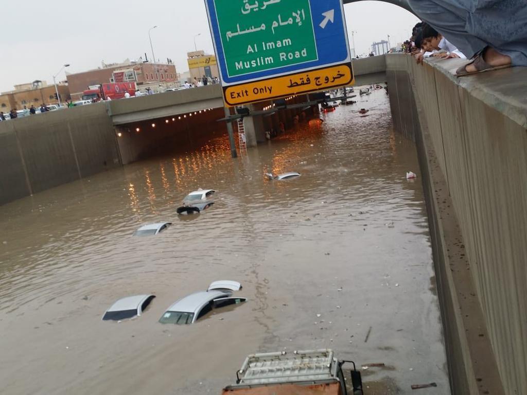 بسبب الأمطار والسيول.. المرور يعدل حركة السير بعدد من شوراع الرياض