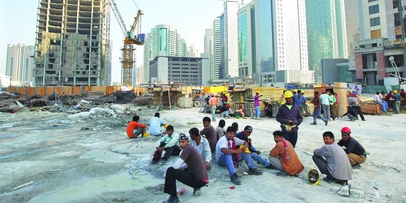 """مطالبة """"الفيفا"""" بالتدخل.. """"فوربس"""": """"انتهاكات قطر ضد العمال كارثية"""""""