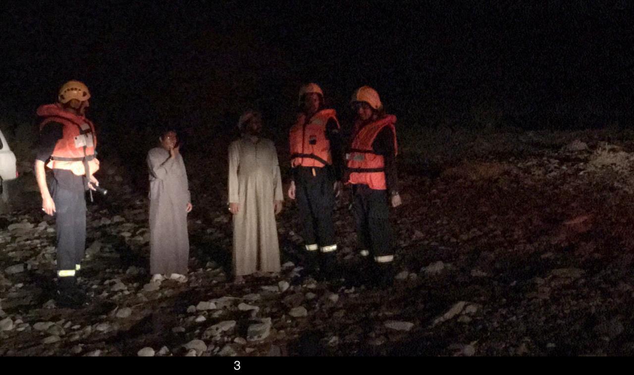 إنقاذ عائلة مكونة من 11 فردا احتجزتهم السيول في العقيق