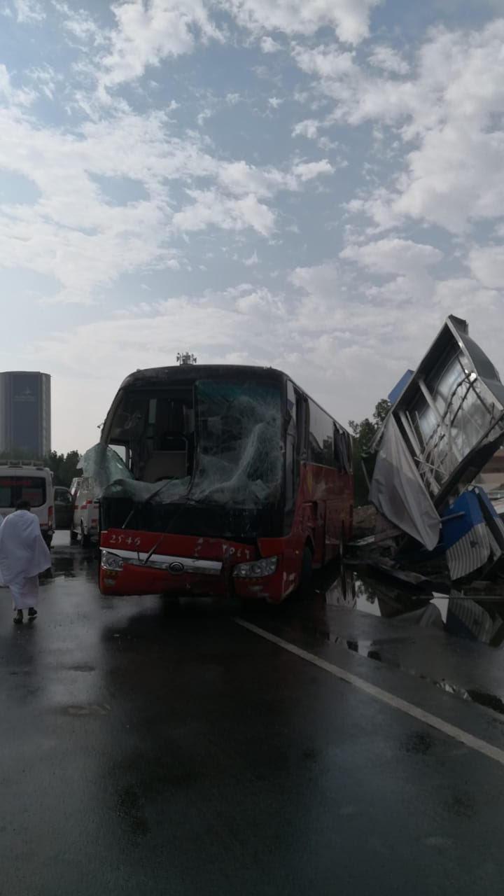 إصابة 5 إثر انحراف حافلة عن مسارها بسبب الأمطار في مكة المكرمة