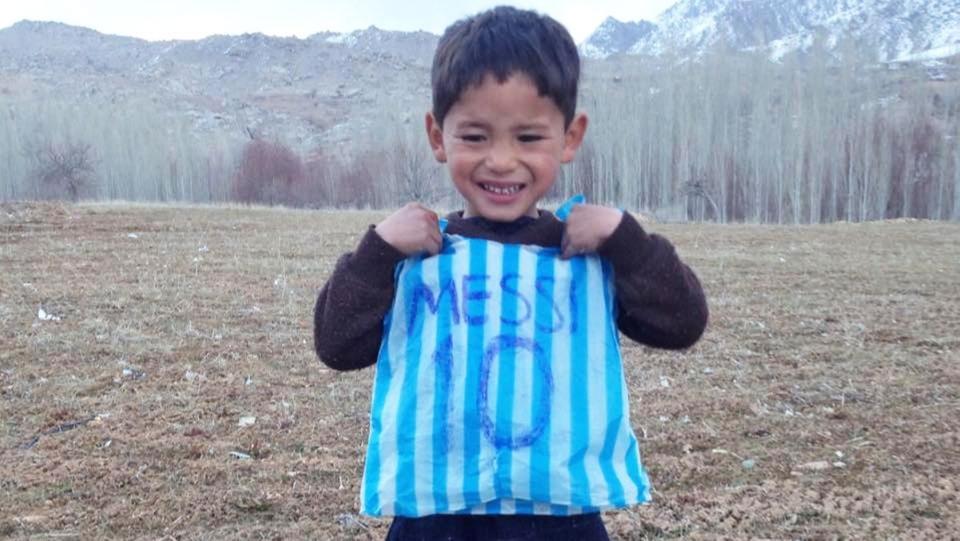 """طالبان تحرم """"طفل ميسي"""" من هداياه"""