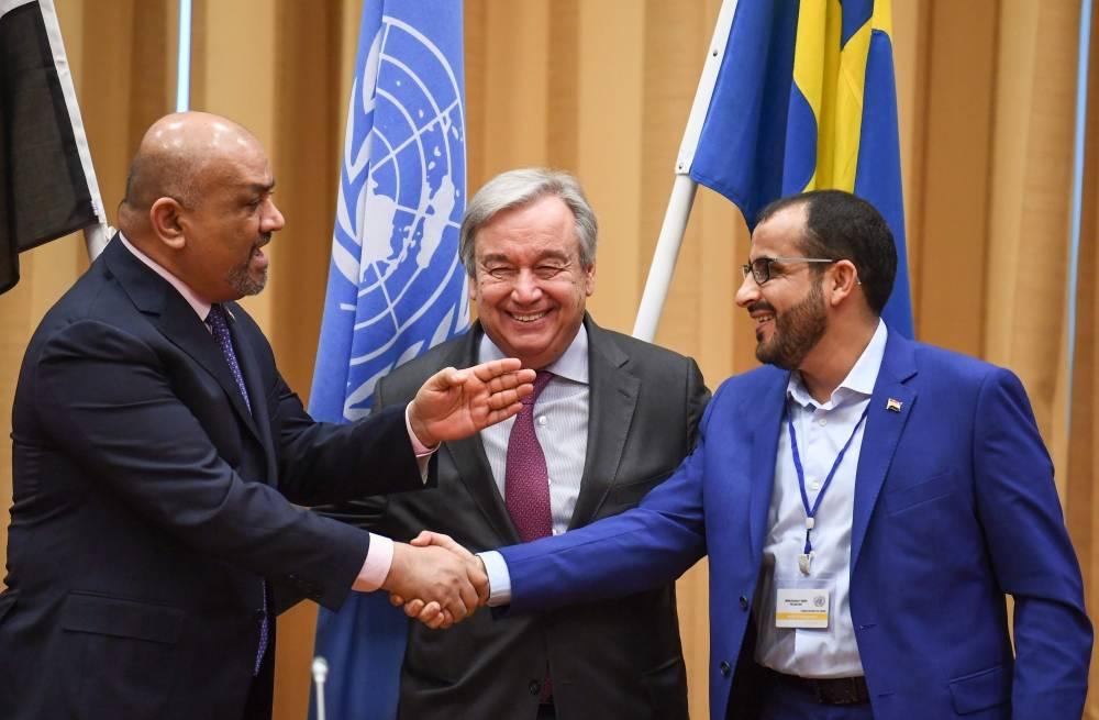 مصافحة بين ممثلي الشرعية والحوثيين في ختام مشاورات السويد