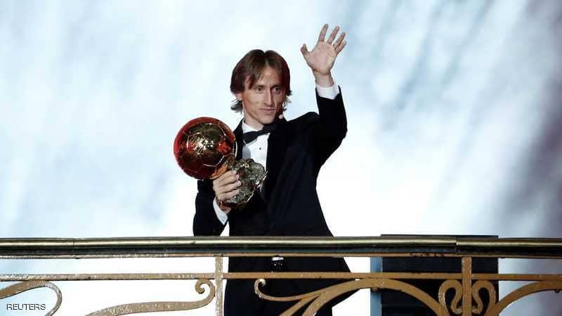 لوكا مودريتش يفوز بجائزة الكرة الذهبية لأفضل لاعب في العالم