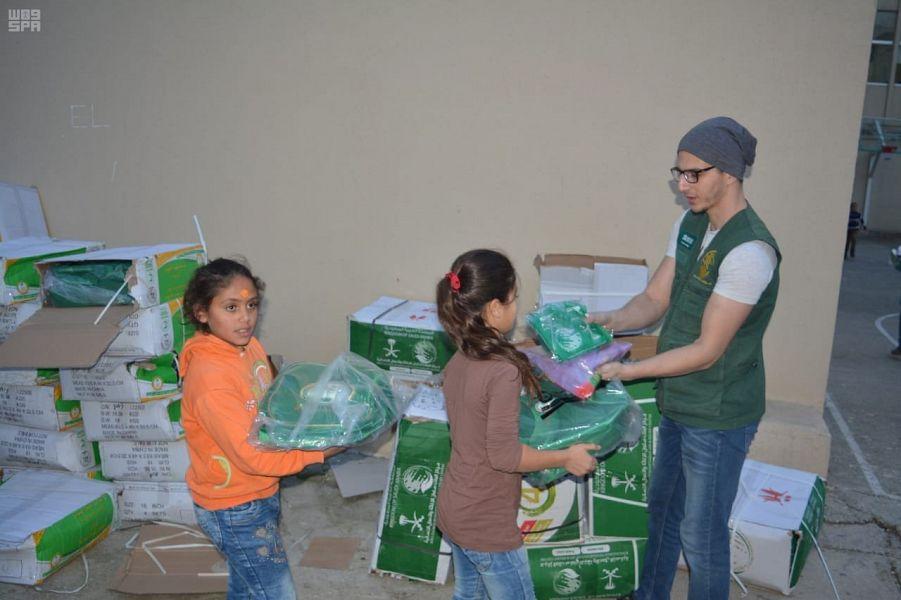 """""""الملك سلمان للإغاثة"""" يوزع حقائب مدرسية وأكسية للطلاب والطالبات السوريين"""