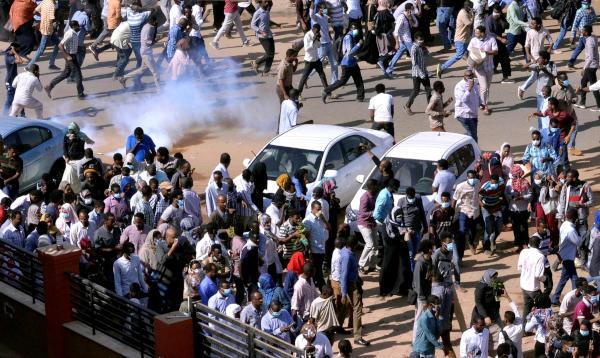 السودان.. الشرطة تفرق المئات بالغاز المسيل للدموع في العاصمة وبعض المدن