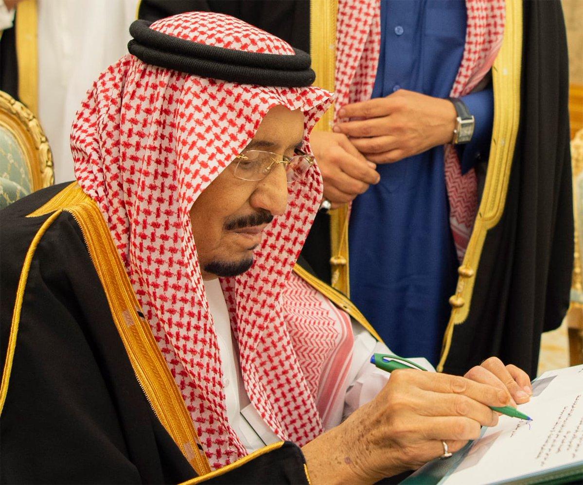 بلومبيرج: الملك سلمان يحمي المواطنين في الميزانية الجديدة