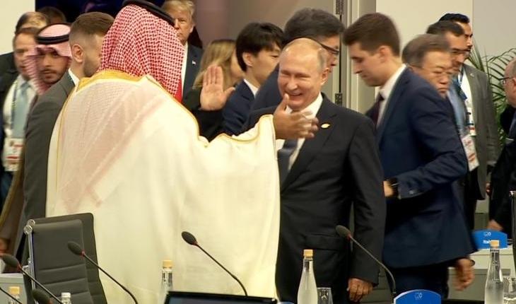 """""""الكرملين"""": المصافحة الحارة بين بوتين والأمير محمد بن سلمان """"مثال للعلاقات الطيبة"""""""