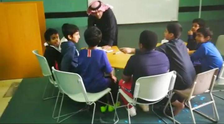 قائد مدرسة ابتدائية بالطائف يساعد طلابه
