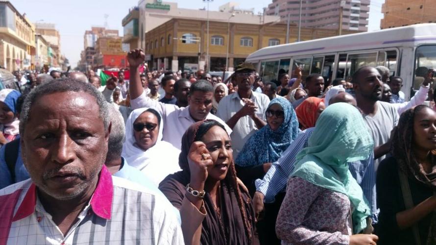 الشرطة تحاصر المتظاهرين في مدينة أم درمان السودانية