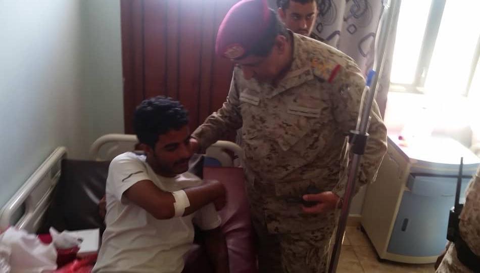 """رئيس الأركان اليمني يتفقد جرحى هجوم """"العند"""" الإرهابي"""
