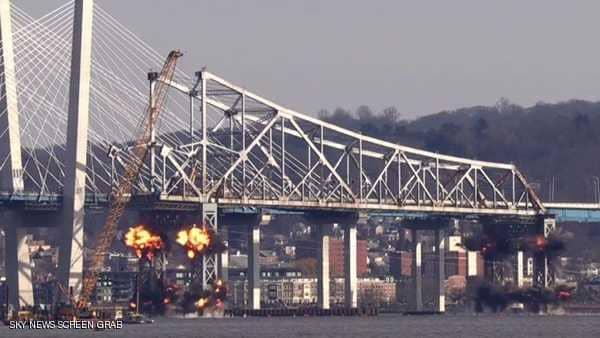 بعد 60 عاما من الخدمة.. تفجير جسر في أمريكا بكميات هائلة من المتفجرات