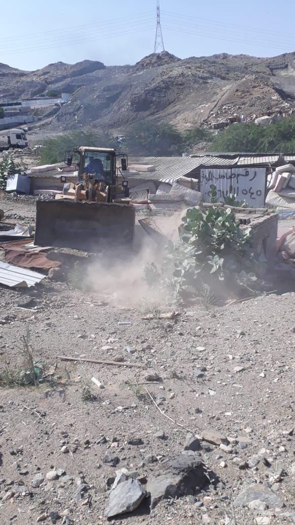 بالصور.. أمانة العاصمة المقدسة تزيل تعديات في وادي جليل