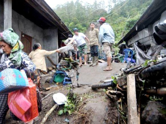 مقتل طفل وإصابة 3 أخرين في انهيار أرضي وسط إندونيسيا