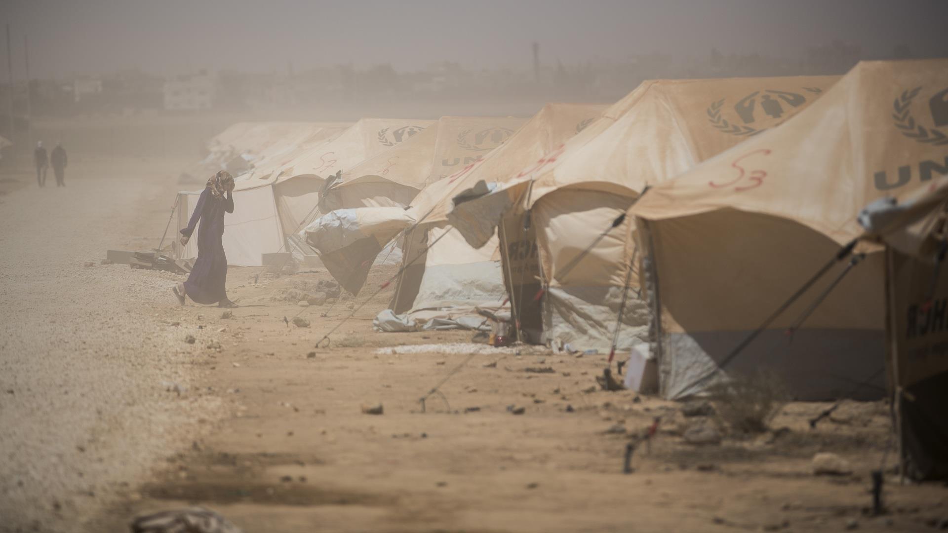 قصة سندس.. فتاة تحرق نفسها وأطفالها هربا من الجوع والبرد في سوريا