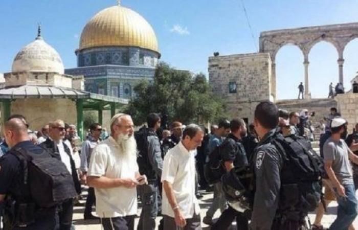 """شرطة الاحتلال تغلق أبواب """"قبة الصخرة"""" وتحاصر حرس """"الأوقاف"""" الأردنية"""