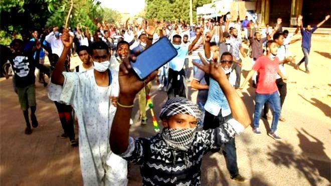 الشرطة السودانية تنفي إطلاق رصاص حي في أي من مواقع الاحتجاجات بالخرطوم