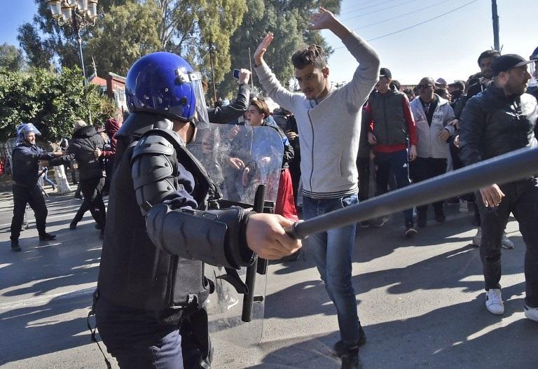 اعتقال عدد من المحتجين بالقرب من القصر الرئاسي في العاصمة الجزائر