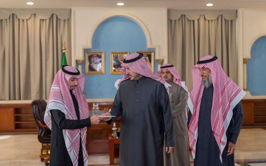 أمير الجوف يكرّم الشاب الزيدان لإسهامه في العثور على طفل
