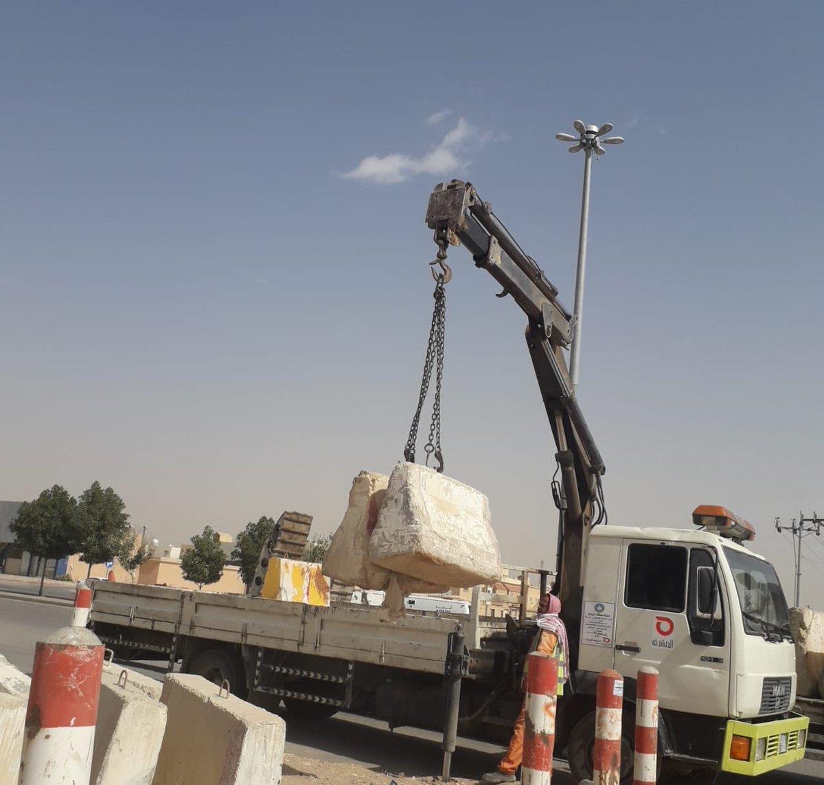 أمانة الرياض تزيل مخيمات مخالفة وحواجز خرسانية بالروضة