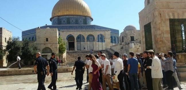 عشرات المستوطنين وعنصر من مخابرات الاحتلال يقتحمون الأقصى