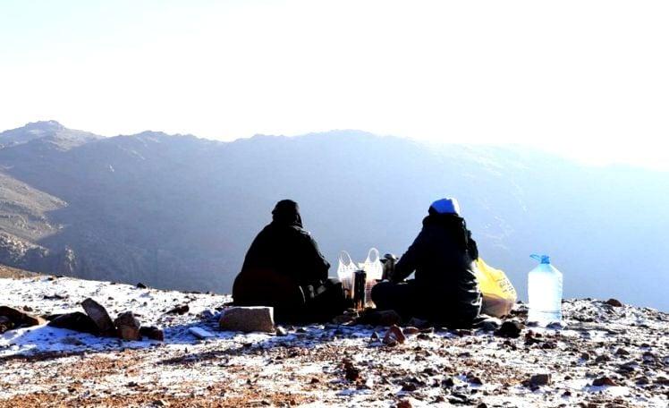 شاهد: تساقط الثلوج على جبال اللوز في تبوك
