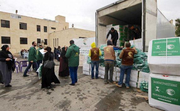 مركز الملك سلمان للإغاثة يوزع الحقائب على أبناء اللاجئين السوريين في الأردن