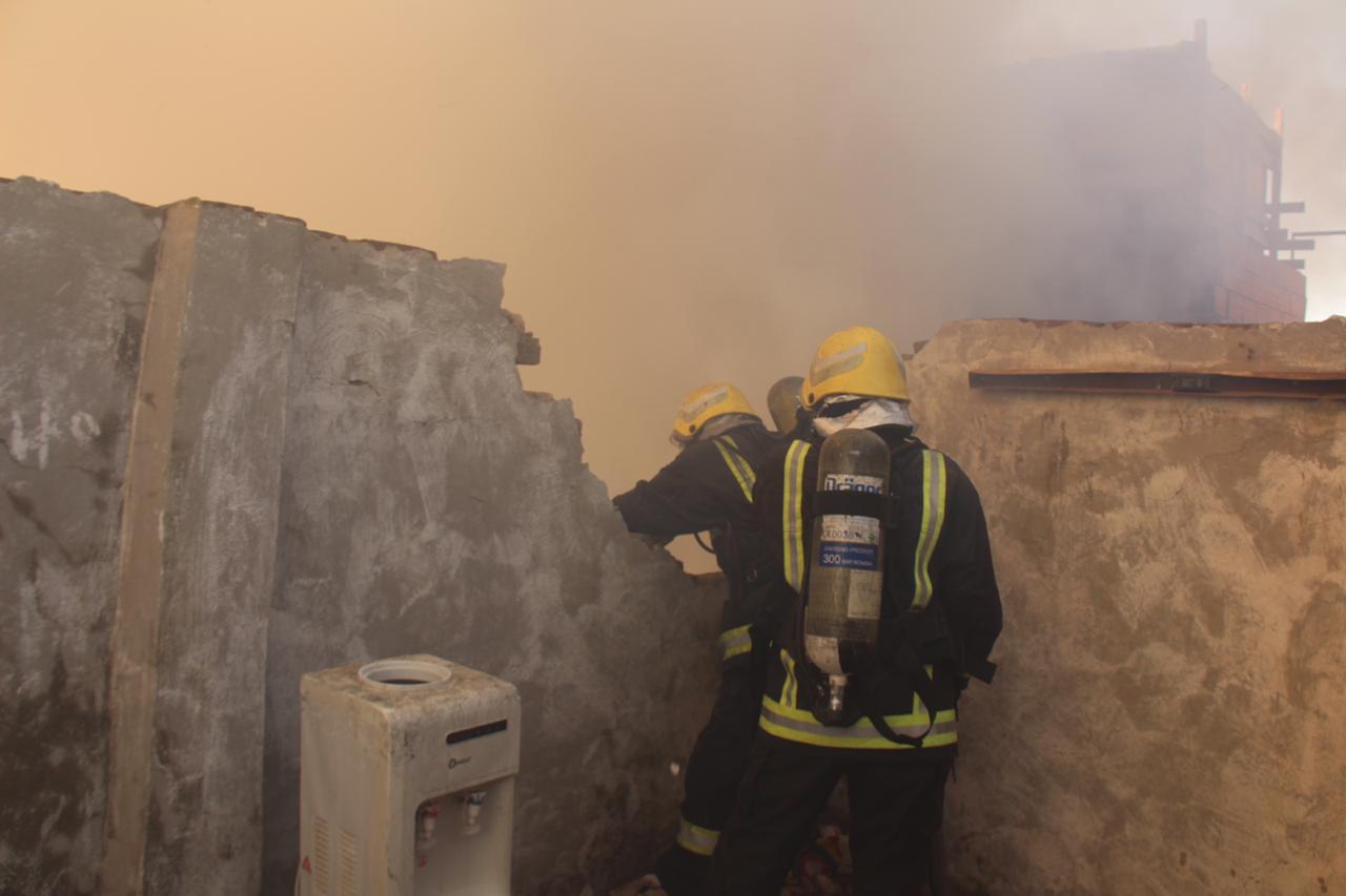 مدني مكة يخمد حريقا بمنزل في قمة جبل