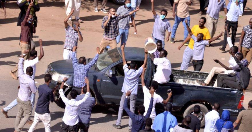 السودان: متظاهرون يقتحمون منزل البشير وسط الخرطوم