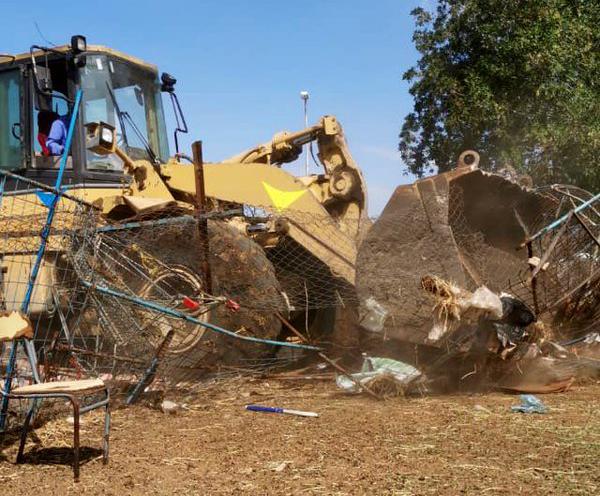 بالصور.. إزالة حظائر المواشي بالمعيصم تمهيدا لنقلها خارج النطاق العمراني