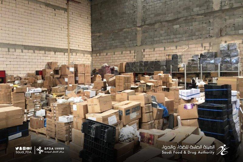 """""""الغذاء والدواء"""": إغلاق 3 مصانع وضبط 192 ألف عبوة عطر مخالفة بالرياض"""